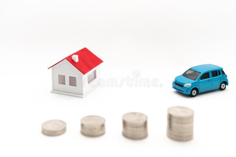 Conceptenbeeld van huizen, auto's en muntstukken stock afbeelding