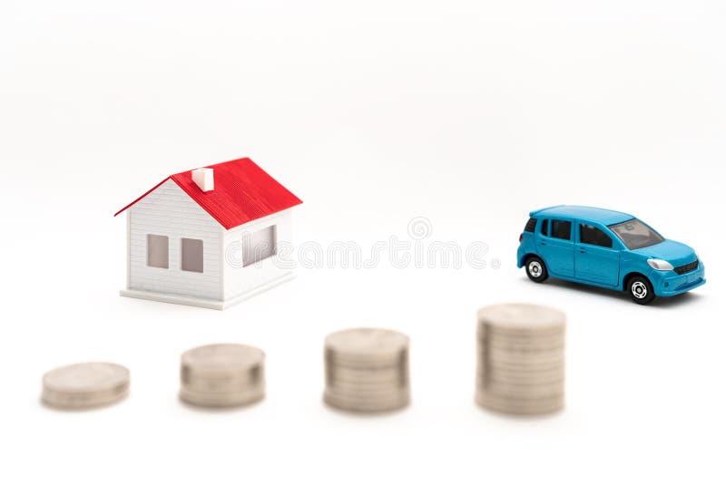 Conceptenbeeld van huizen, auto's en muntstukken royalty-vrije stock afbeelding