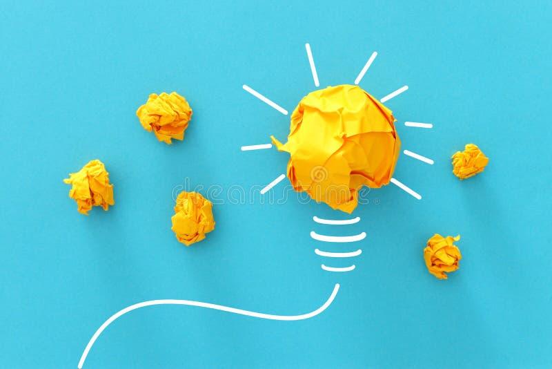 Conceptenbeeld van succesvol idee, verfrommeld document en gloeilampenschets, brainstorming en het creatieve denken royalty-vrije stock afbeeldingen