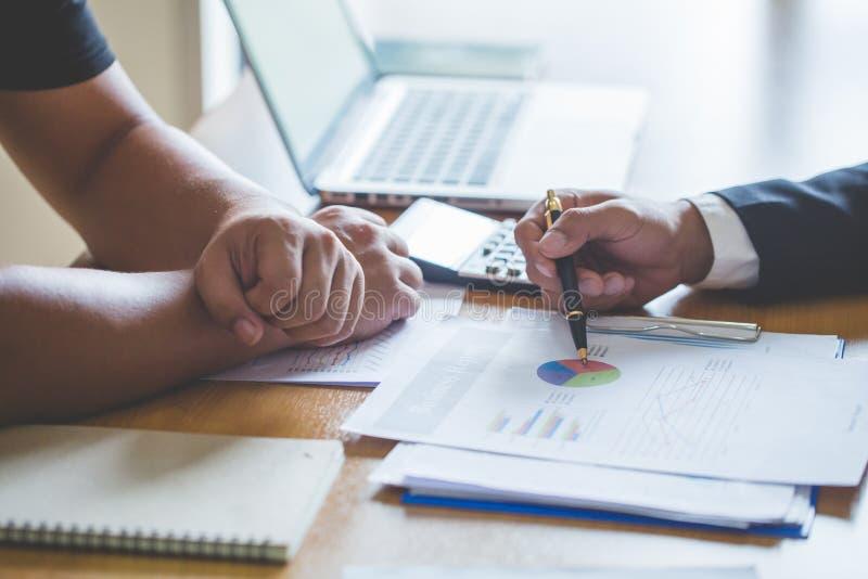 Conceptenbeeld voor effectenbeurs, bureau, belasting, en project Twee zakenmanbeleggingsadviseur die financieel bedrijf analysere stock afbeelding
