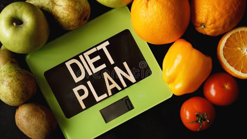 Conceptendieet Gezond voedsel, de schaal van het keukengewicht Groenten en Vruchten stock foto