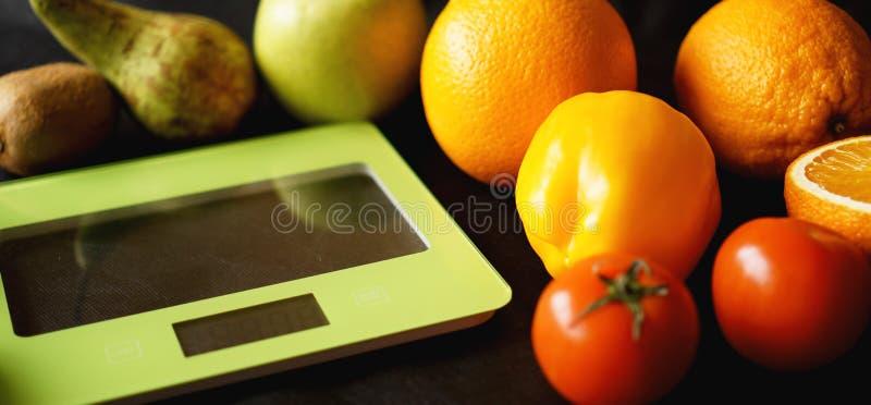 Conceptendieet Gezond voedsel, de schaal van het keukengewicht Groenten en Vruchten stock fotografie