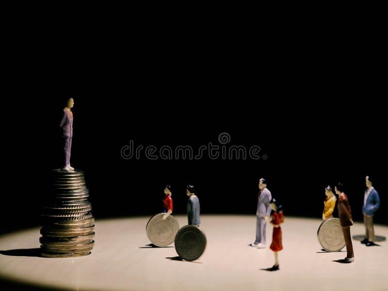 Conceptenfoto met cijfers wordt gecreeerd, afschilderend werkgever en werknemers die royalty-vrije stock foto's