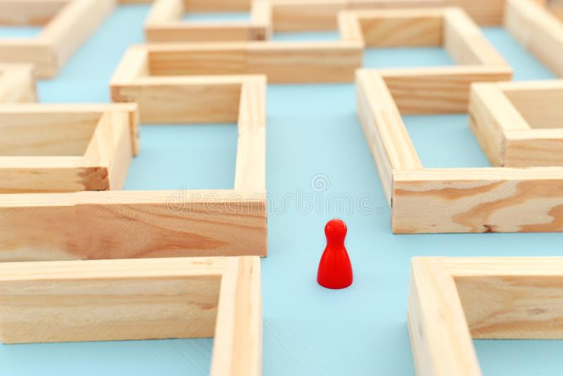 conceptenfoto van status in een labyrint en het zoeken van de beste manier of de oplossing royalty-vrije stock foto