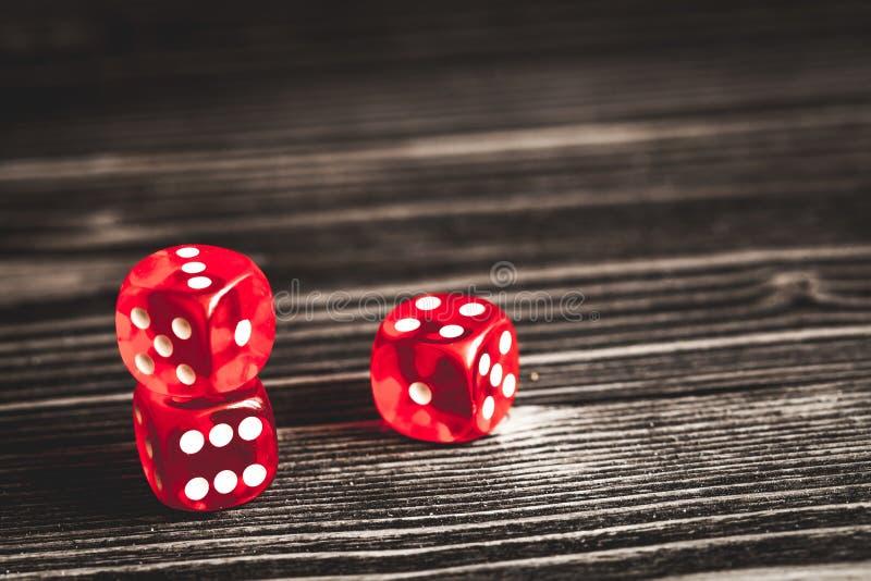 Conceptengeluk - dobbel het gokken op donkere houten achtergrond stock afbeeldingen
