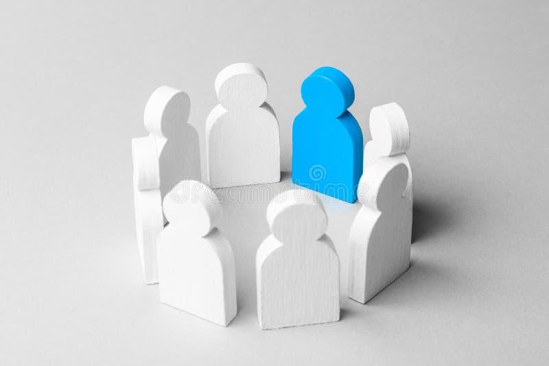Conceptenleider van commercieel team De menigte van witte mensen bevindt zich in cirkel en luistert aan de leider van het blauw stock afbeelding