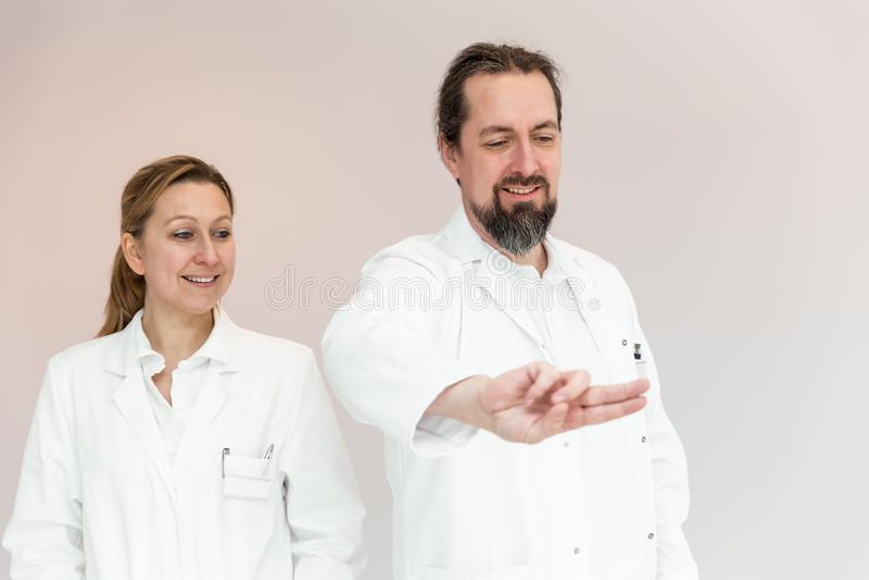 Conceptentouchscreen of interactieve geneeskunde stock afbeeldingen