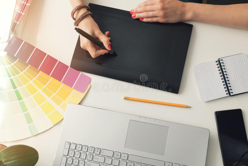 concepteur à l'aide du comprimé numérique de dessin au bureau images stock