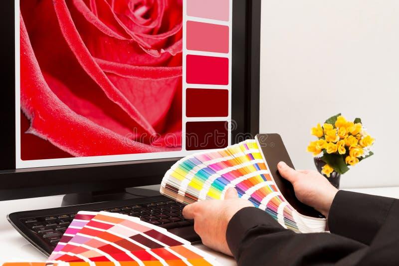 Concepteur au travail. Échantillons de couleur. images stock