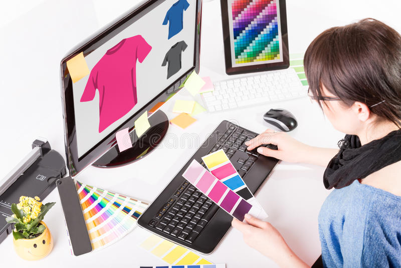 Concepteur au travail. Échantillons de couleur. images libres de droits