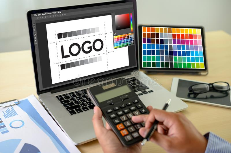 Concepteur cr?atif Graphic au travail , Concepteur d'illustrateur travaillant le comprimé numérique et les échantillons d'échanti photographie stock libre de droits