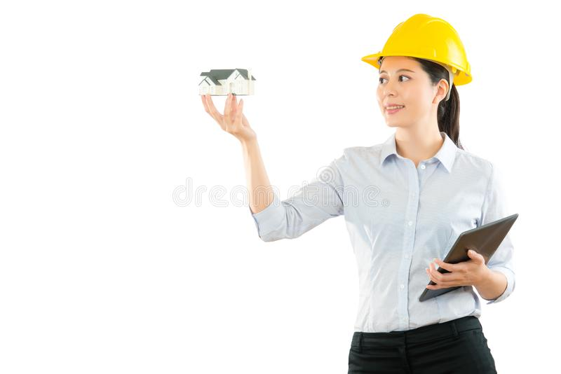 Concepteur de bâtiment montrant le modèle de maison image libre de droits