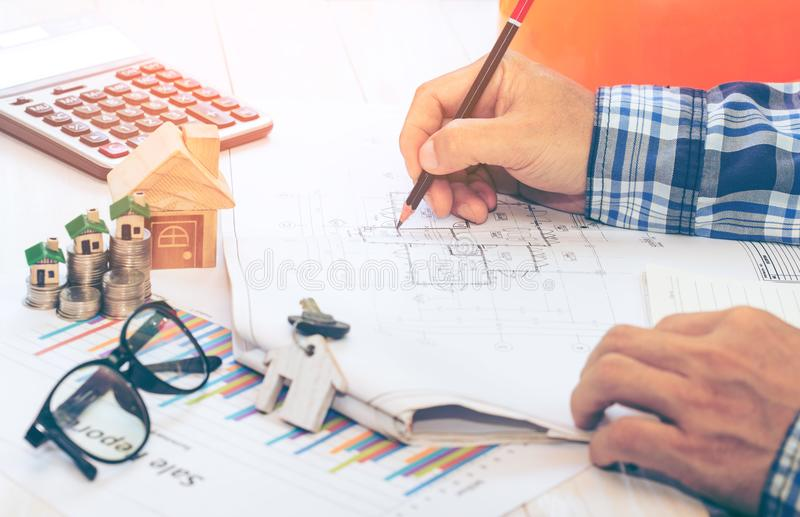 Concepteur et architecte de lieu de travail avec des finances d'objets d'affaires d'investissement photo stock