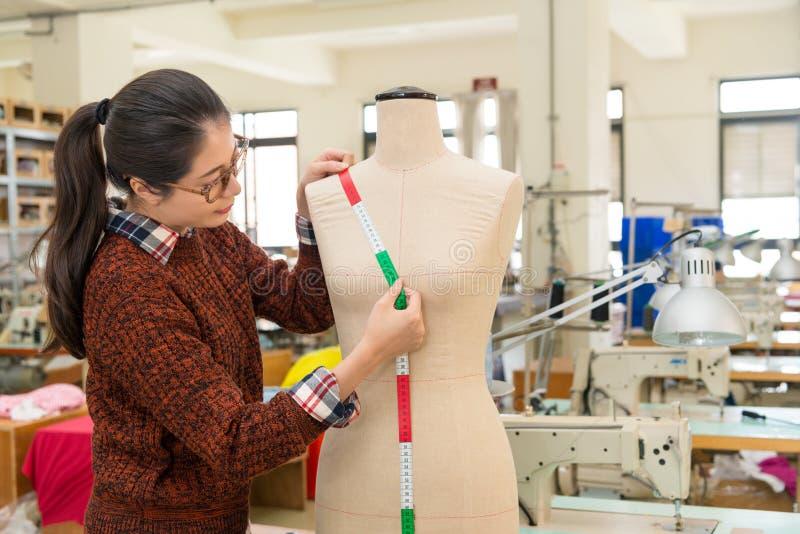 Concepteur féminin de vêtements de mode à l'aide de la bande image libre de droits