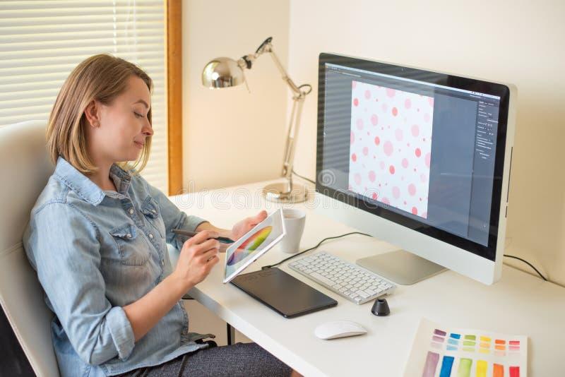 Concepteur graphique de Web de fille Travailler sur un projet travail avec la couleur Concepteur ind?pendant photo libre de droits