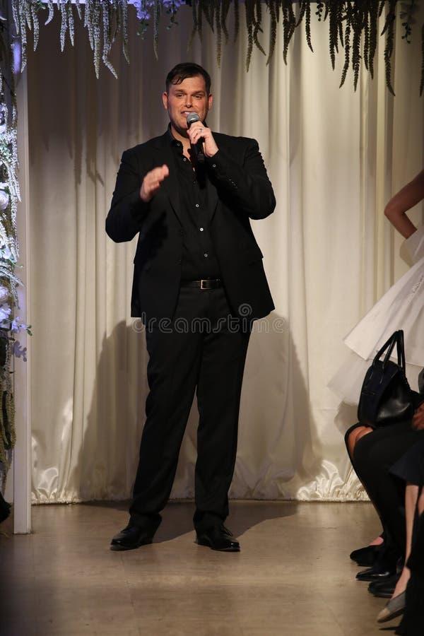Concepteur Matthew Christopher parlant à l'assistance après son exposition à la semaine nuptiale de mode de NY images stock