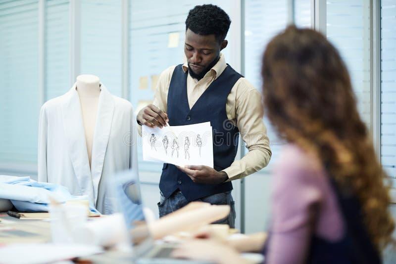 Concepteur noir sûr présent sa collection d'habillement photo stock