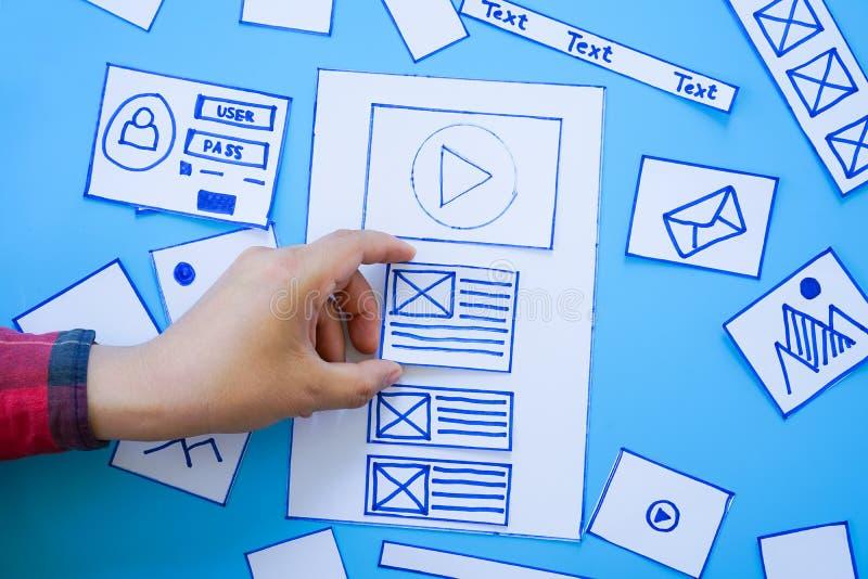 Concepteur sensible mobile créatif de site Web assortissant des écrans de wireframe de prototype mobile de développement de procé photos stock