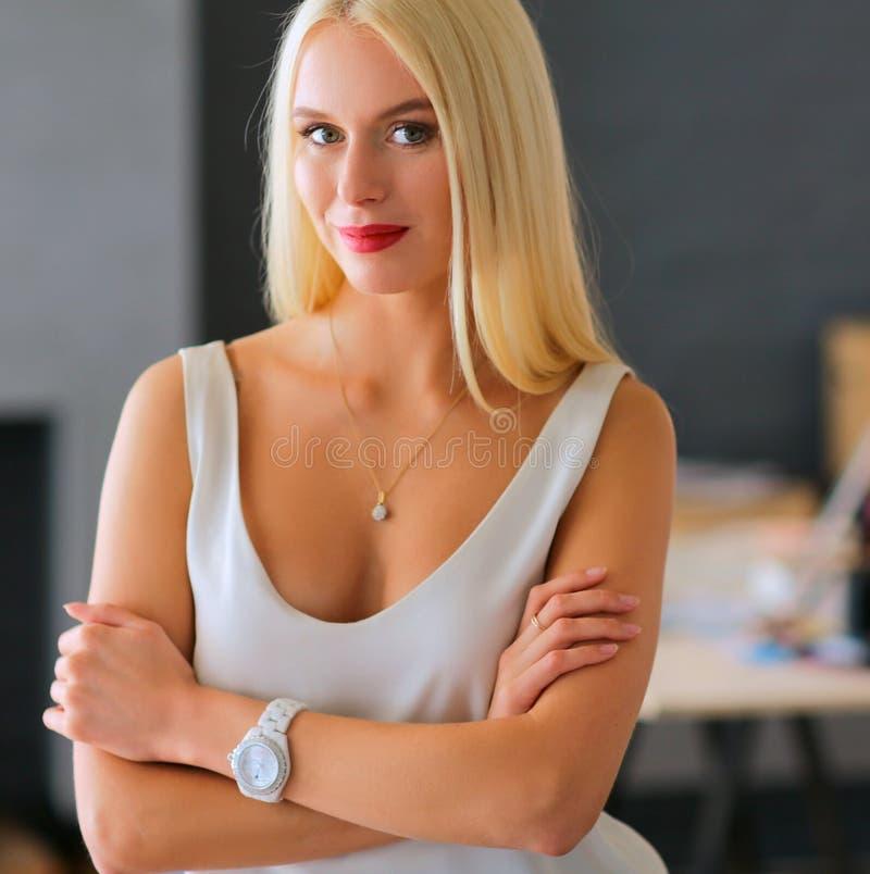 Download Concepteurs De Jeune Femme De Mode Se Tenant Dans Le Studio Image stock - Image du femelle, caucasien: 87700627