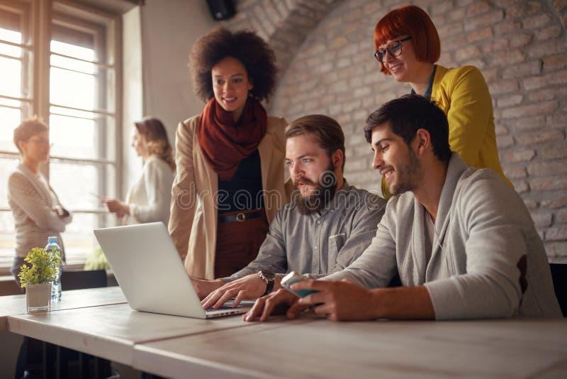 Concepteurs indépendants de sourire de Web faisant un brainstorm image libre de droits