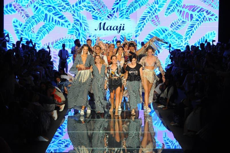 Concepteurs Juliana Londono, Andrea Gomez, et Nani Valenzuela la piste pour Maaji photo libre de droits