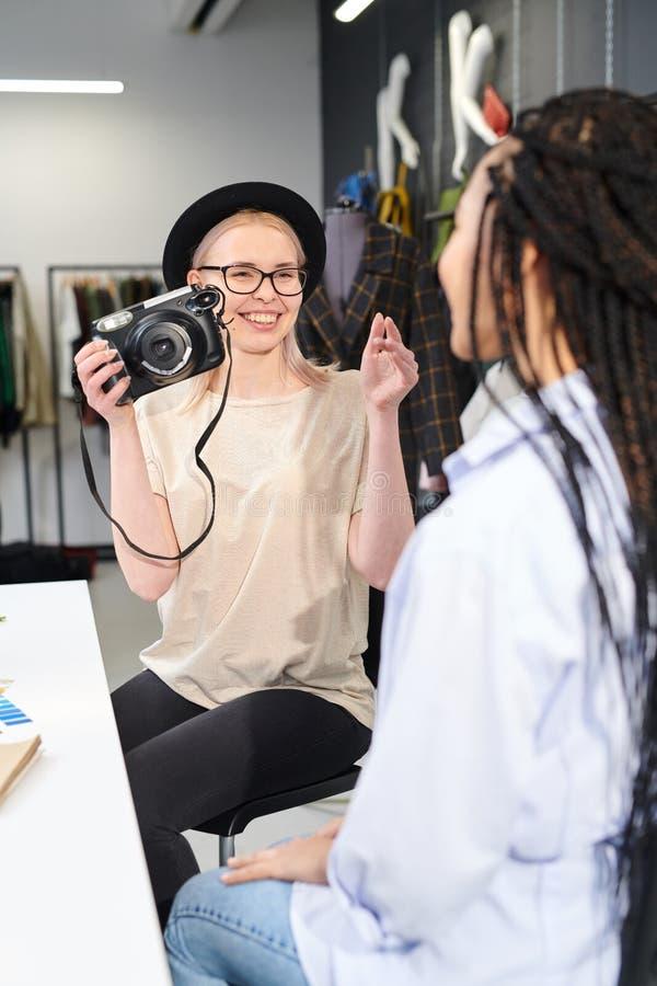 Concepteurs prenant la photo dans le studio photographie stock libre de droits
