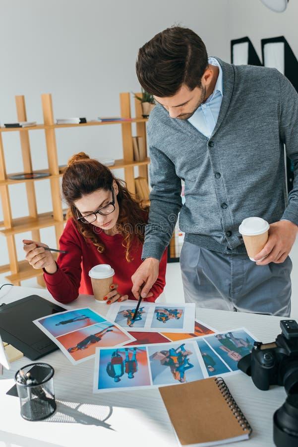 Concepteurs regardant sur des photos image libre de droits