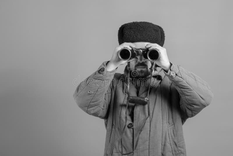Conceptie - militair op de postobservatie met verrekijkers, uniformen van uniformen WO.II, zwart-wit effect stock afbeeldingen