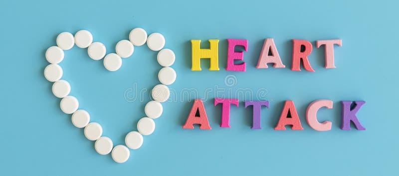 Conceptie van een hartaanval De inschrijving op een blauwe achtergrond is een hartaanval royalty-vrije stock foto's