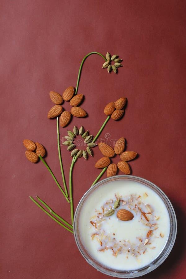 Conception d'amande et de cardamome avec le plat doux dans la cuvette photo stock