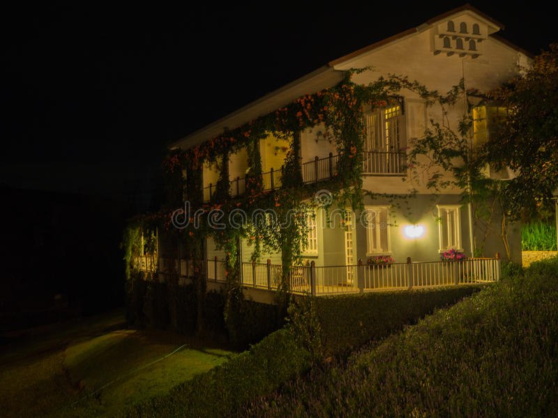 Conception d'architecture, maison de détail, scène de nuit photos libres de droits