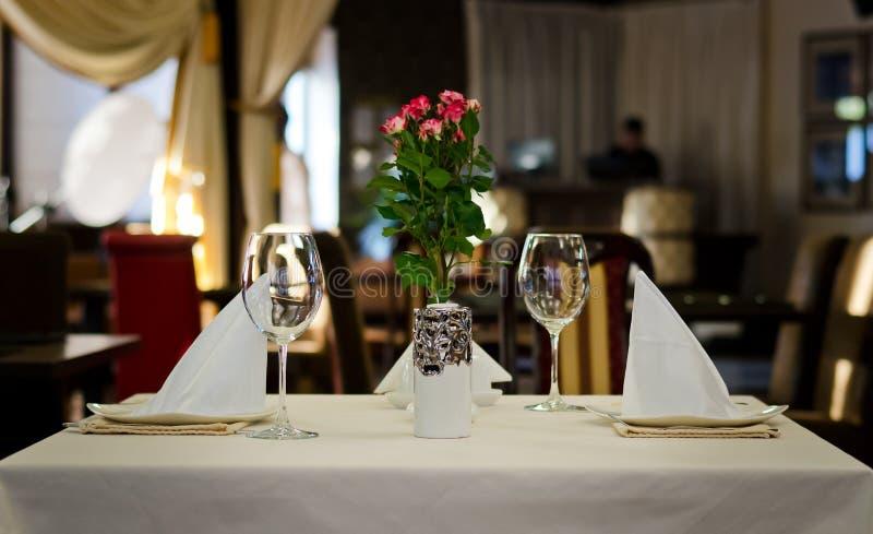 Conception d'arrangement de table pour deux personnes photos stock