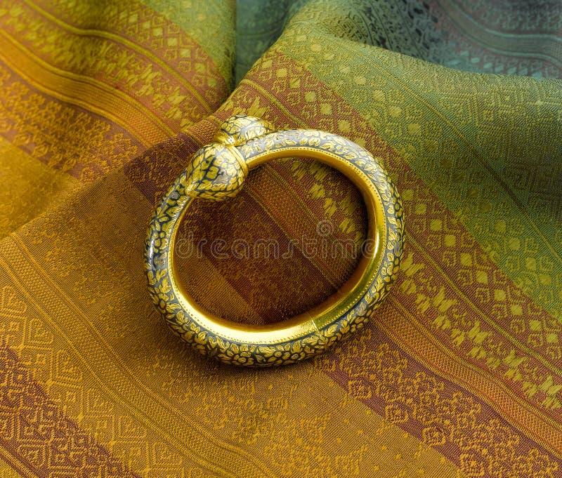 Conception d'or de bracelet dans le style thaïlandais antique photos libres de droits