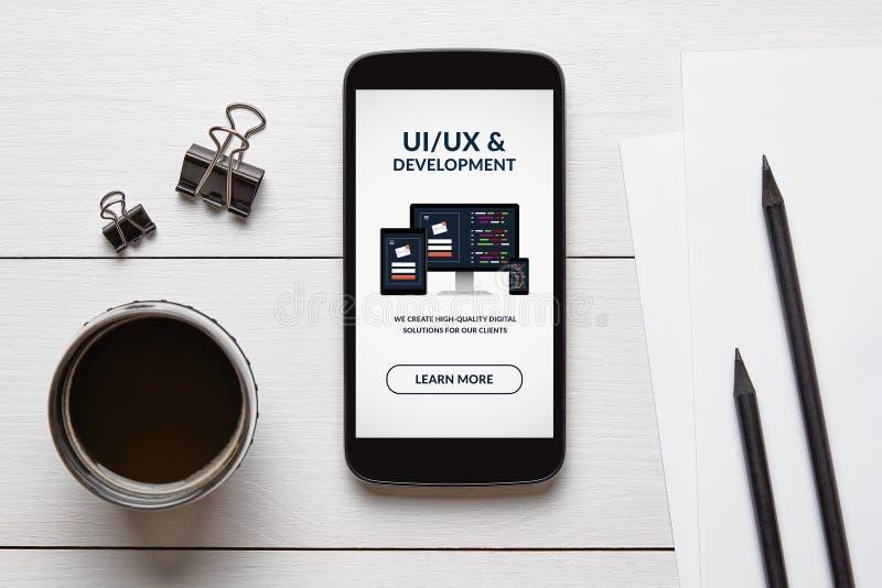 Conception d'UI/UX et concept de développement sur l'écran intelligent de téléphone avec des objets de bureau images libres de droits