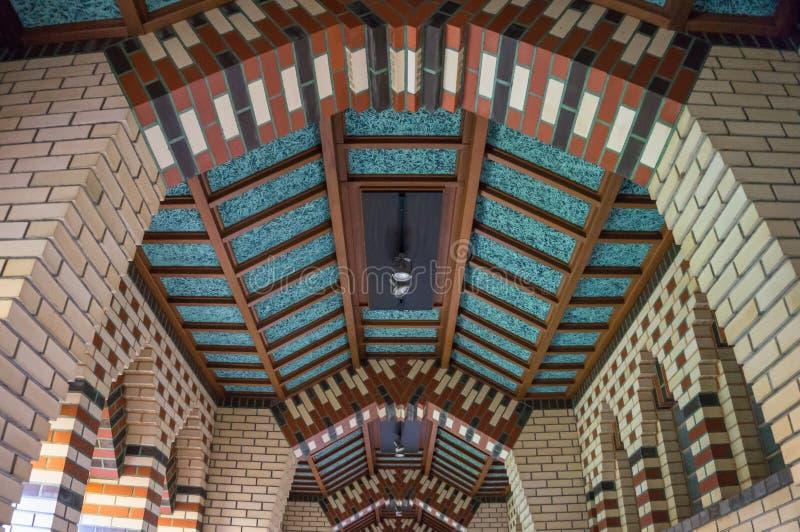 Conception de brique de style d'Art Deco sur le plafond du couloir photographie stock