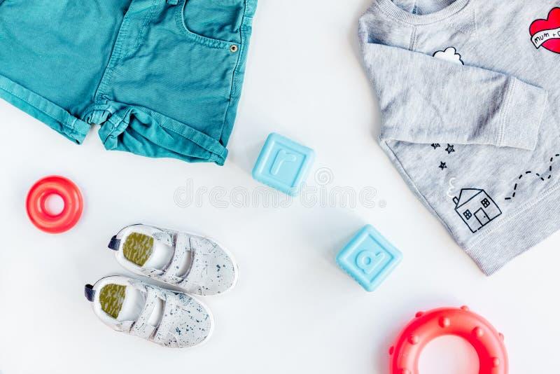 Conception de bureau d'enfants avec des chaussures et la vue supérieure de fond blanc t-court photo libre de droits