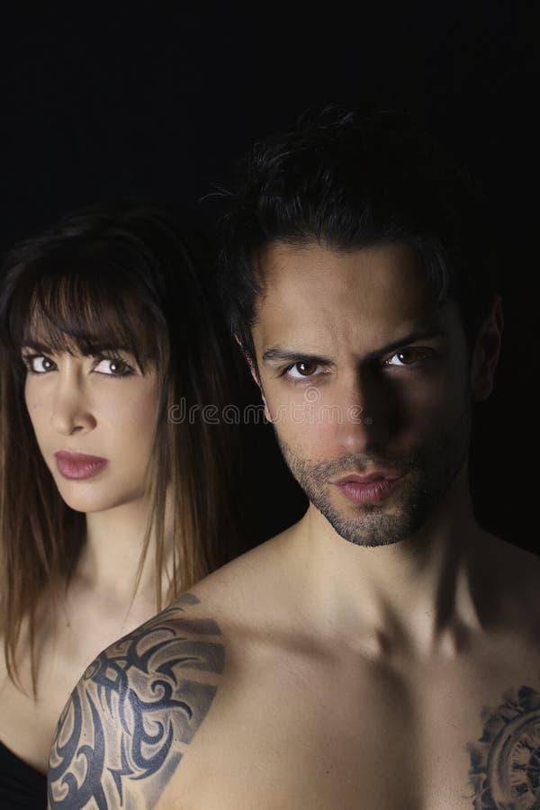 Conception de couverture de livre belle femme et un homme bel sur le fond noir photo libre de droits