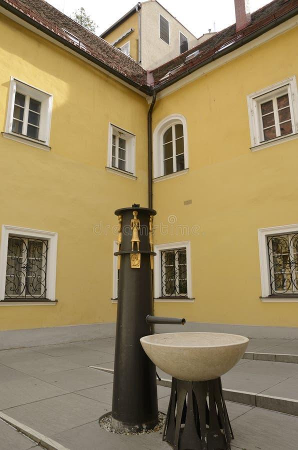 Conception de fontaine dans le patio photo libre de droits