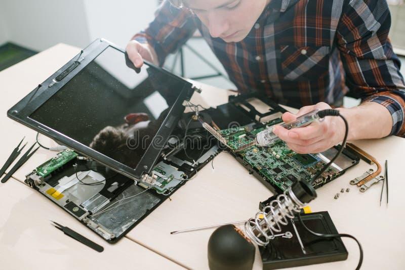 Conception de l'électronique de fixation d'ordinateur portable d'ingénieur image libre de droits