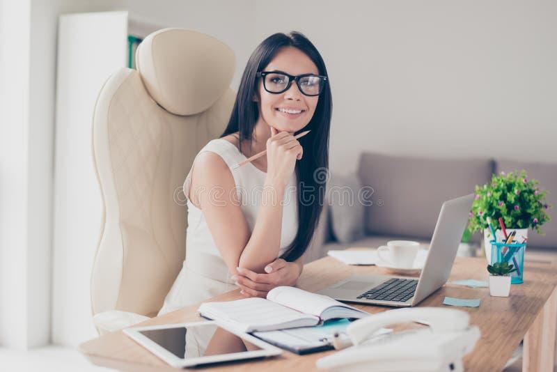 Conception de succès Portrait de jeune businesslady magnifique dans g photo stock
