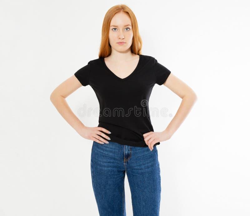 Conception de T-shirt, concept heureux de personnes - femme rouge de sourire de cheveux dans le T-shirt noir vide dirigeant ses d photographie stock libre de droits