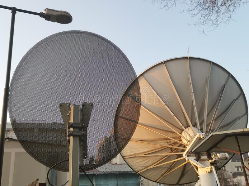 Conception différente de deux antennes paraboliques photographie stock