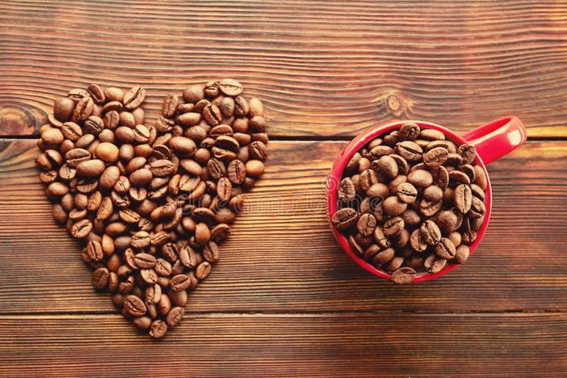 Conception dispersée de cadre de grains de café sur le fond de l'espace de copie image stock
