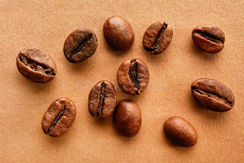 Conception dispersée de cadre de grains de café sur le fond de l'espace de copie image libre de droits