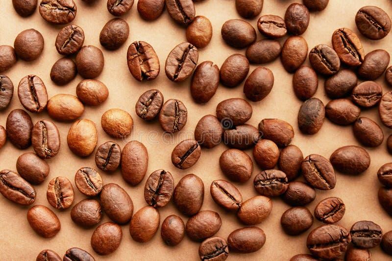 Conception dispersée de cadre de grains de café sur le fond de l'espace de copie photo libre de droits