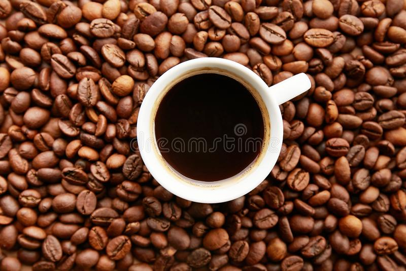 Conception dispersée de cadre de grains de café sur le fond de l'espace de copie images stock