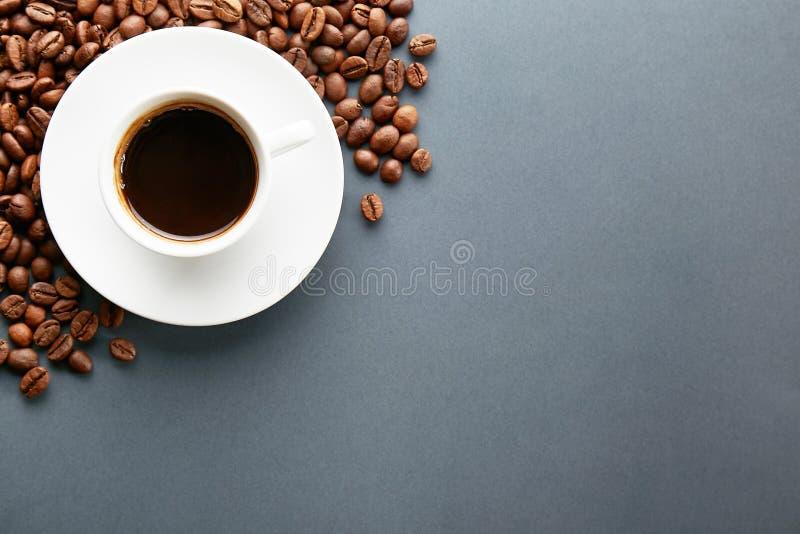 Conception dispers?e de cadre de grains de caf? sur le fond de l'espace de copie photo libre de droits
