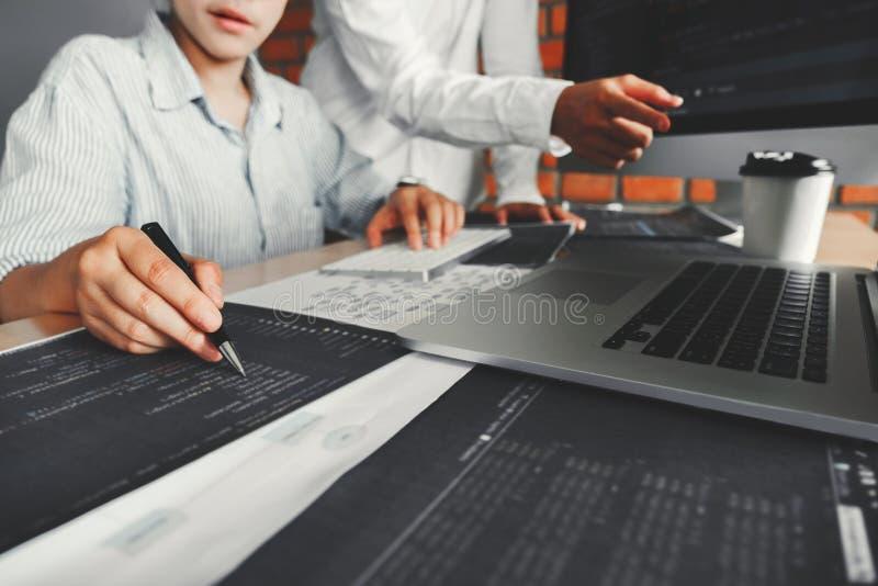 Conception et codage se développants de site Web de développement de codes informatique de lecture d'équipe de programmeur des te image stock