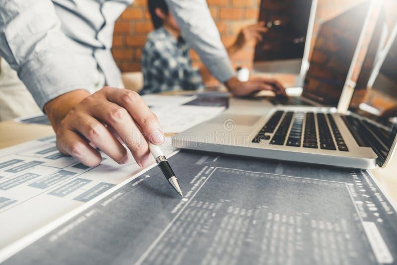 Conception et codage se développants de Team Development Website de programmeur des technologies fonctionnant au bureau de fourni images stock