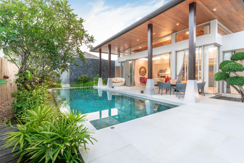 Conception extérieure de maison ou de maison montrant la villa tropicale de piscine avec le jardin de verdure photo libre de droits